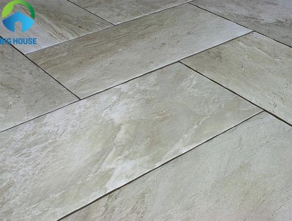 Gạch lát nền men matt không chỉ có khả năng chống trầy xước mà còn chống trơn hiệu quả