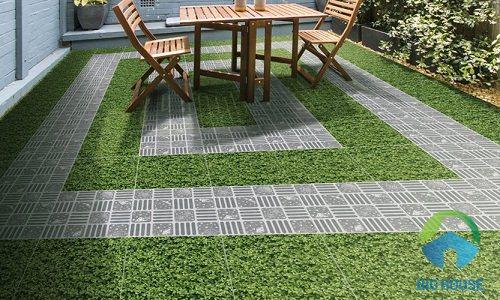 Gạch giả đá kết hợp với họa tiết giả cỏ cho nét đẹp tươi mới, đầy sức sống