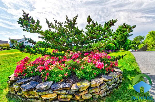 Đá tự nhiên tạo thành bồn hoa hình tròn dễ dàng