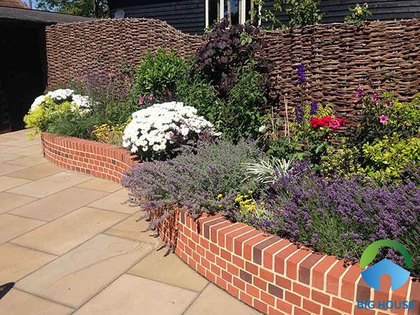 Gạch ốp có thiết kế đa dạng sẽ mang tới nhiều phong cách khác biệt cho bồn hoa