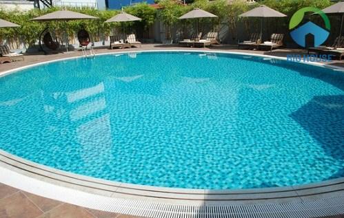 Gạch Mosaic tạo nên vẻ đẹp đầy cuốn hút cho bể bơi