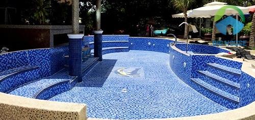 Toàn bộ lòng bể và thành bể đều được sử dụng gạch mosaic màu xanh - trắng cực thu hút
