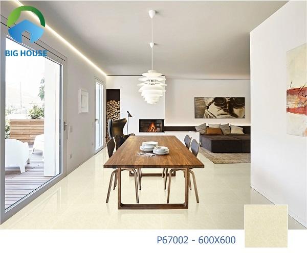 P67002 là mã gạch bóng kính 2 da Ý Mỹ sở hữu tone màu vàng kem nhã nhẵn, phù hợp kết hợp cùng đồ nội thất gỗ