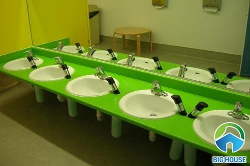 nhà vệ sinh trong trường học