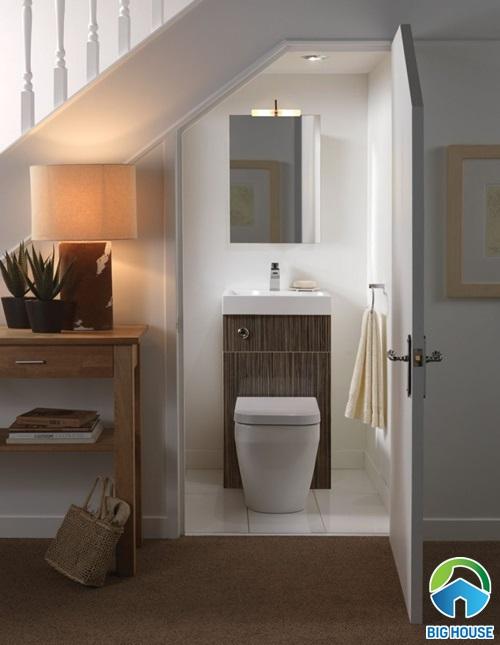 nhà vệ sinh dưới gầm cầu thang có tốt không