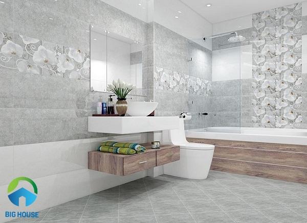 Mẫu gạch màu ghi sáng, điểm hoa trắng ốp tường nhà tắm
