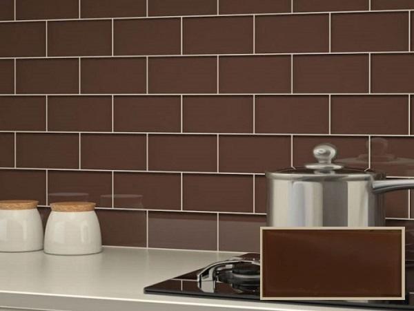 Gạch thẻ màu nâu cà phê ốp khu vực backsplash của bếp