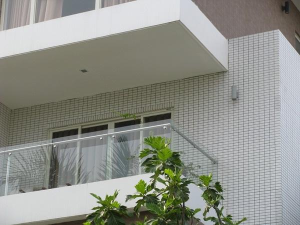 gạch thẻ ốp màu trắng mặt tiền nhà cho không gian sáng sủa hơn