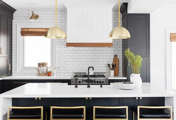 gạch thẻ ốp tường màu trắng phòng bếp đơn giản
