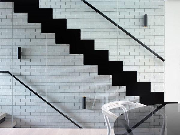 gạch thẻ ốp cầu thang màu trắng với vẻ đẹp đơn giản