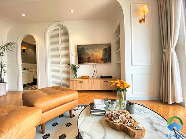 Phòng khách ấm cúng với gam màu gỗ có sự xuất hiện của những viên gạch bông lót sàn lạ mắt. Những viên gạch bông với 2 tone màu đen trắng, họa tiết đơn giản không cầu kì nhưng lại rất cuốn hút