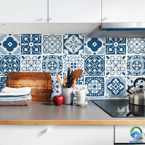 Gạch bông hoa văn cổ điển màu xanh ốp tường bếp
