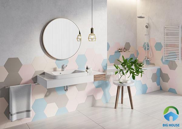 Phối hợp các mẫu gạch hoa văn 6 cạnh với gam màu sắc nổi bật ốp tường không gian phòng tắm