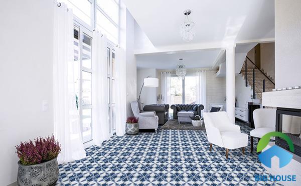 Kết hợp gạch bông lát nền màu xanh cùng tường màu trắng cho phòng khách thêm sinh động hơn