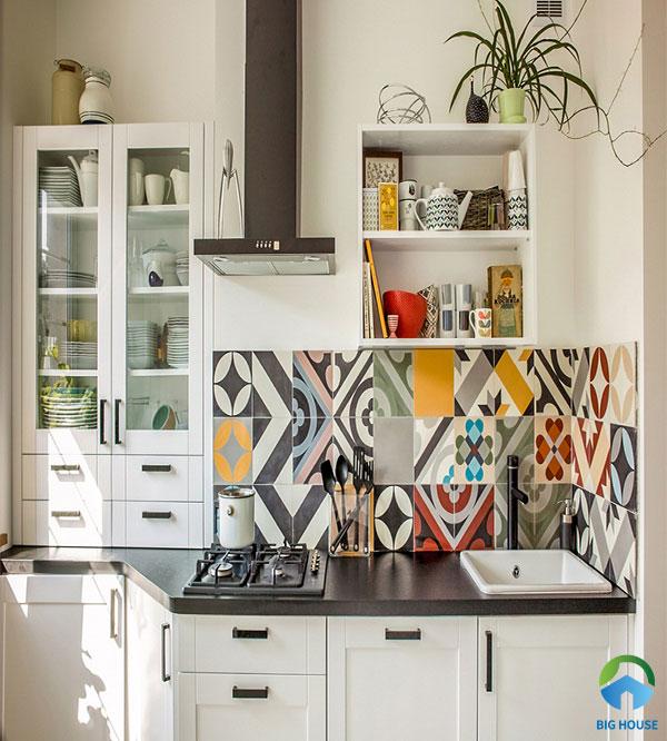 Ốp bếp bằng gạch hoa văn không chỉ tăng thêm giá trị thẩm mỹ mà còn bảo vệ tường bếp rất tốt
