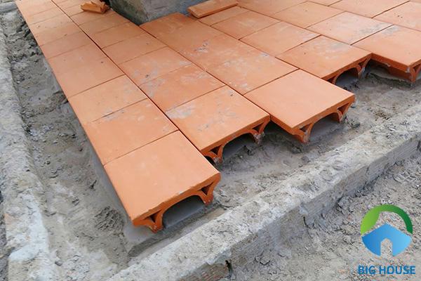 Rải hồ và xếp gạch cạnh nhau nếu sân thượng thường xuyên đi lại