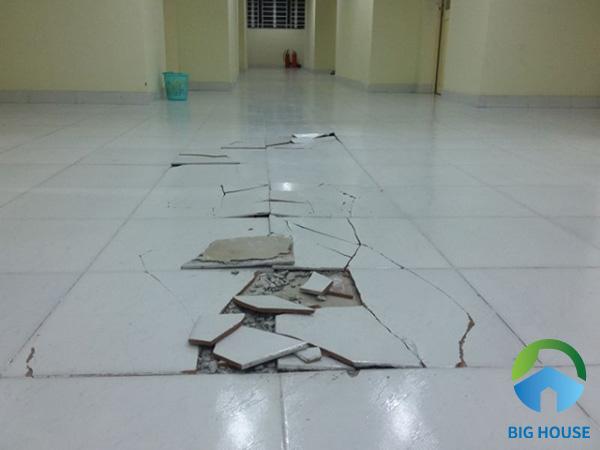 Xử lý gạch bị bong và nứt vỡ bằng cách thay thế viên gạch mới