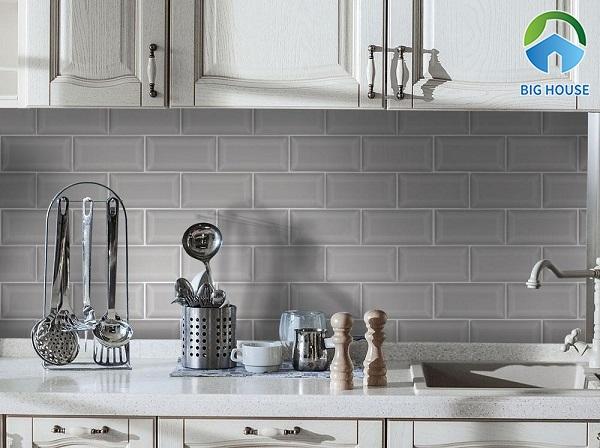Gạch thẻ màu ghi ốp khu vực bếp đơn giản, hiện đại