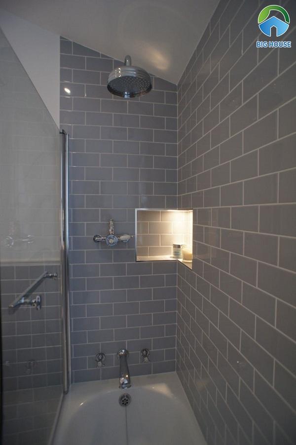 Gạch thẻ ốp tường màu xám cho không gian phòng tắm