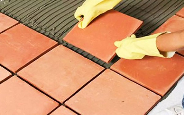 Lát mái nhà, sân thượng bằng gạch chống nóng là lựa chọn của rất nhiều gia đình